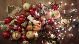 Tulpen schleichen sich am Weihnachtsbaum vorbei