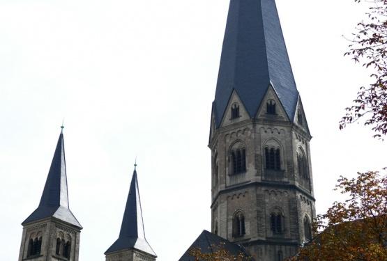 Weiße Luftballons vor dem Münster
