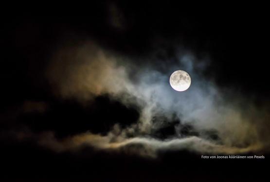 Hinter den Gardinen fliegt ein Mann zum Mond